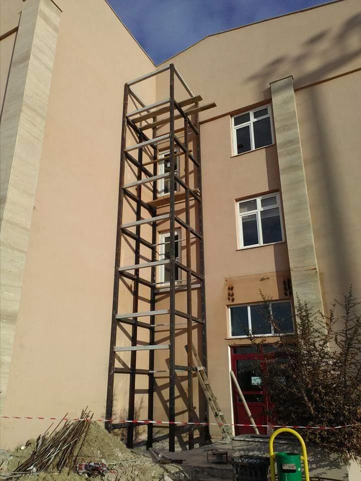 Demir kapı merdiven catı